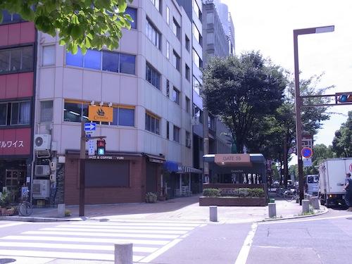 建物2F オレンジ色の看板が目印